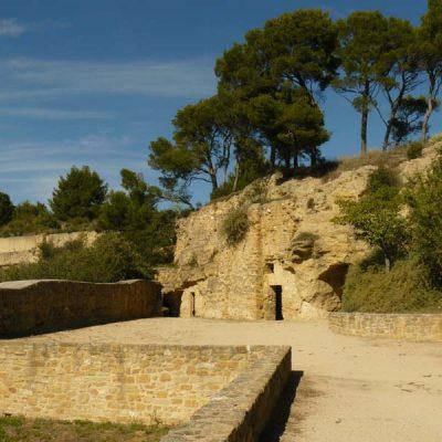 Les vestiges trogloditiques du château d Cadenet