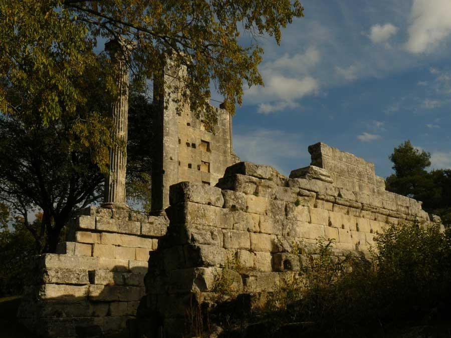 Vernègues vestiges d'un temple romain