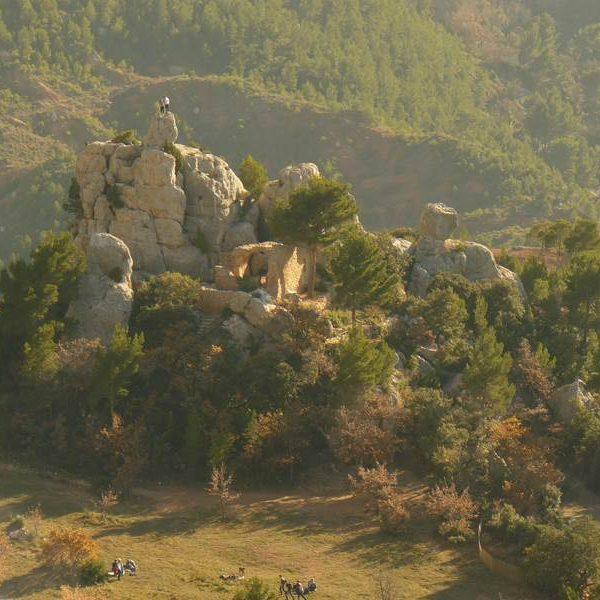 Refuge Cézanne et les vestiges de la chapelle du Trou