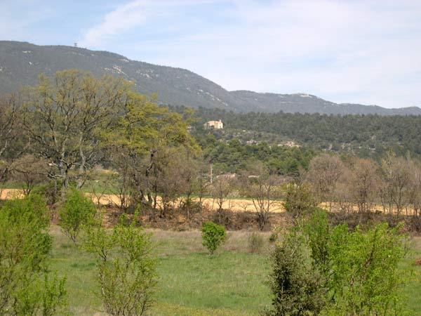 vue sur l'ermitage de cucuron au loin et sur le massif du Luberon