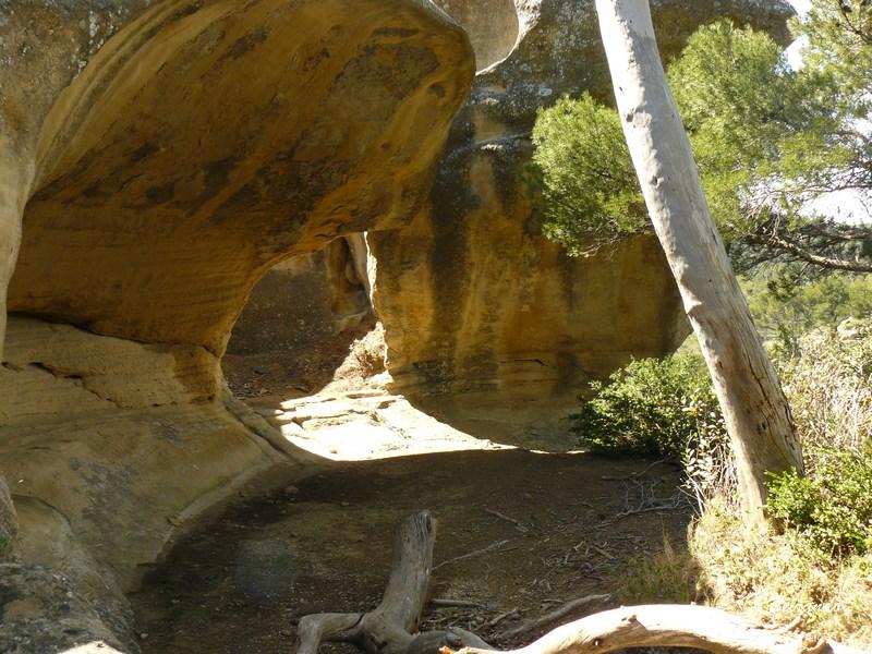 Baume creusée dans la roche