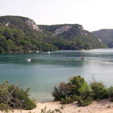 Randonnée au bord du lac d'Esparron
