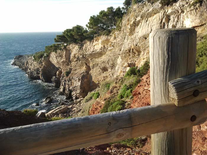 Le sentier vers l'UCPA et la plage de Portissol