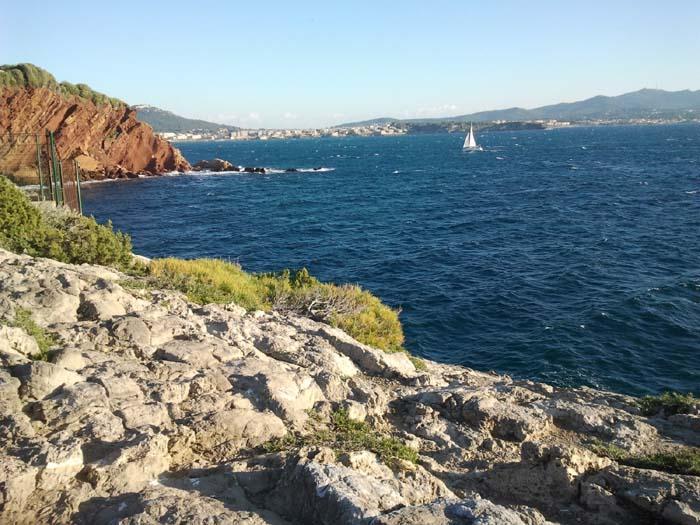 sentier bord de mer sanary Au loin, le Brusc