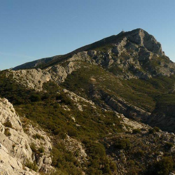 Le sentier Imoucha et au loin la Croix de Provence