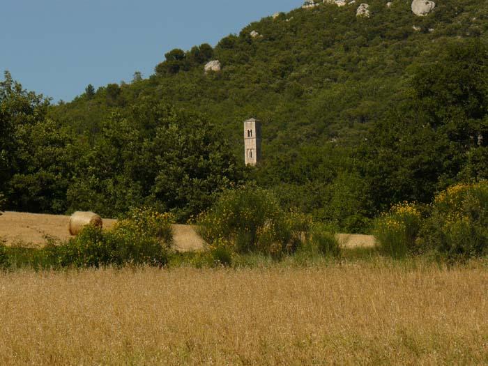 Au loin, le Prieuré Saint-Symphorien de Bonnieux