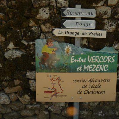 Le panneau visible à l'entrée du village avant le café de la Place