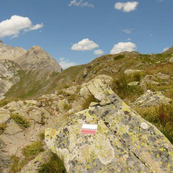 Le tracé du GR 57 vers le col de  la Ponsonniere