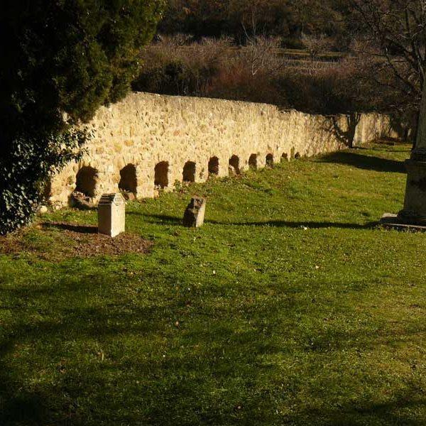 Mur aux abeilles ou apié église de vaugines