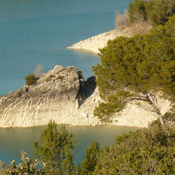 sainte-victoire lac de bimont affleurement rocheux