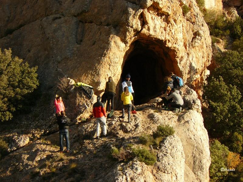 Entrée de la grotte située sur le tracé marron entre l'opidum et la marbrière