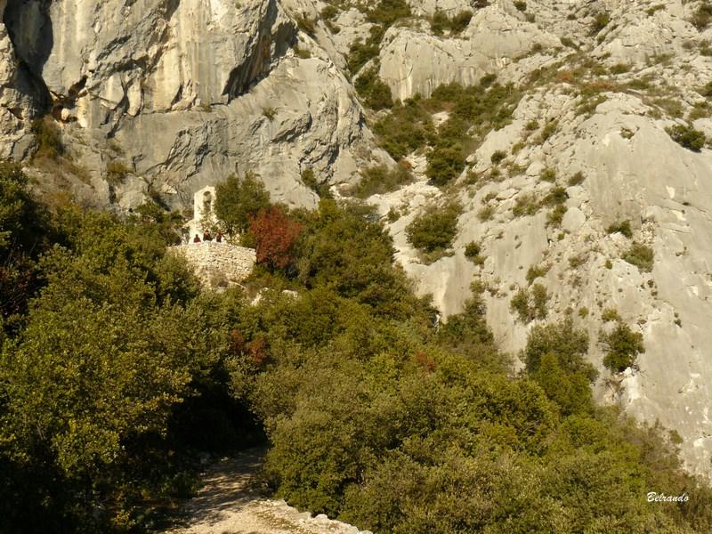 la chapelle saint ser au loin dans la verdure