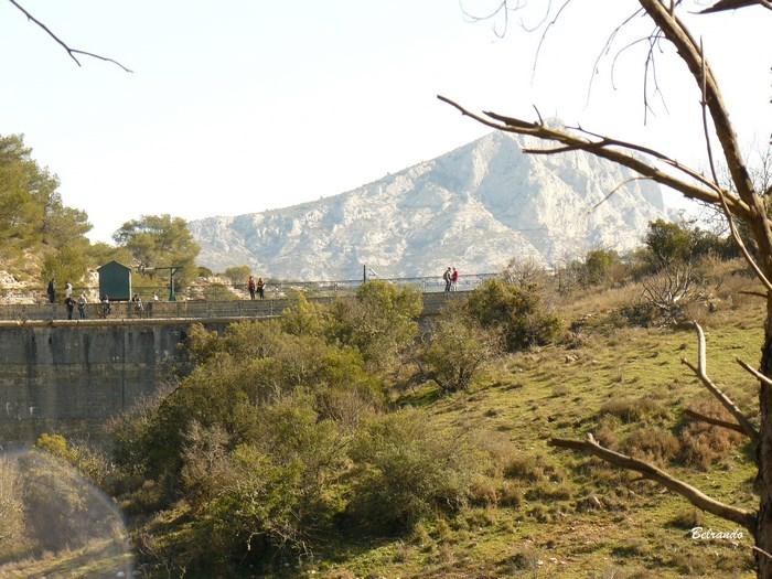 Le barrage Zola et la Sainte-Victoire en arrière plan
