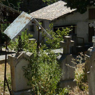 saint-julien-du-verdon cimetière tombe ornée d'un toit de protection contre... la neige ?