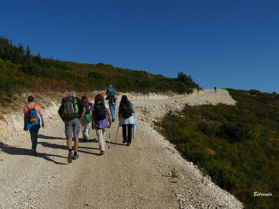 Randonnaurs marchant sur la nouvelle piste DFCI menant sur les hauteurs de Coudoux