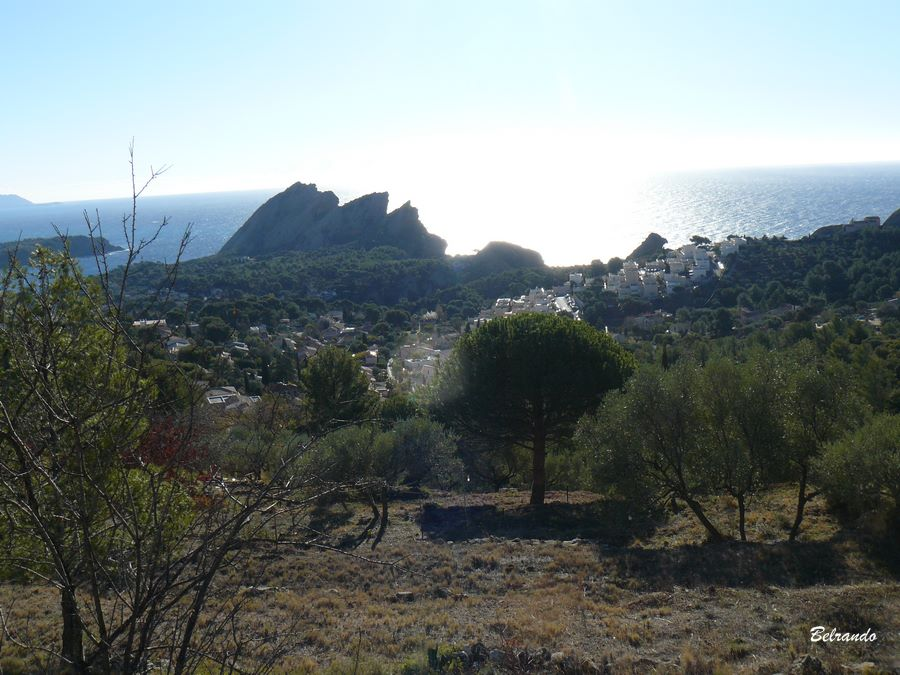 Vue sur les falaise du Bec de l'Aigle, l'Ile Verte et en haut à droite le rocher du Lion...qui ressemble plutôt à un labrador selon certains... et la chapelle de Notre Dame de la Garde.