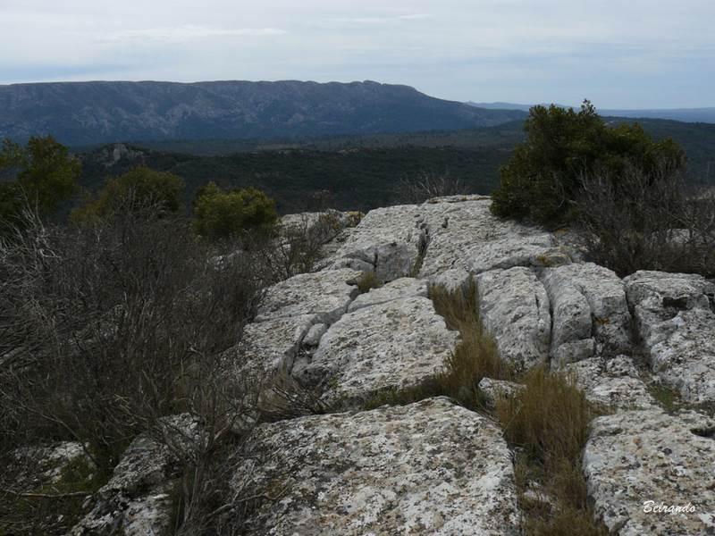 Caractéristique des massifs calcaires, le sommet est couvert de beaux lapiaz. Au loin, l'extrémité nord-ouest de la Sainte-Victoire.