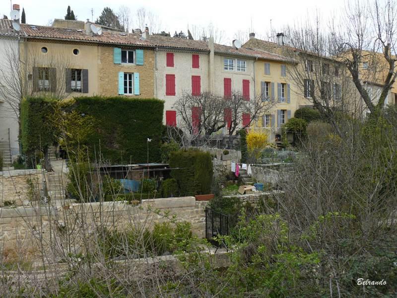 Quelques maisons aux abords du ruisseau.