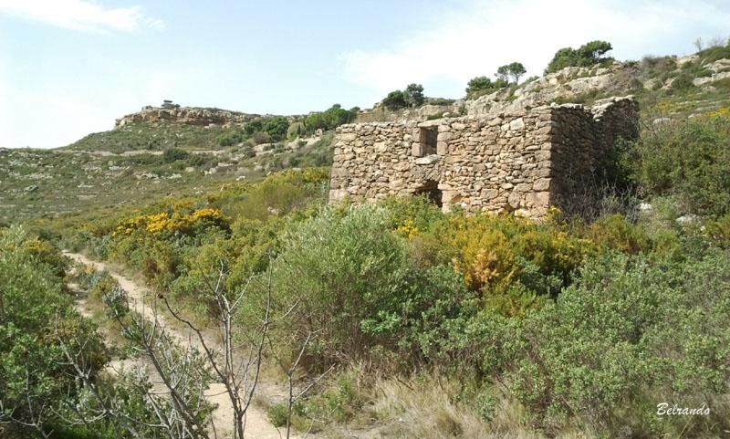 Ruine qui borde le sentier passant sous la L'Hostellerie de Sainte-Croix