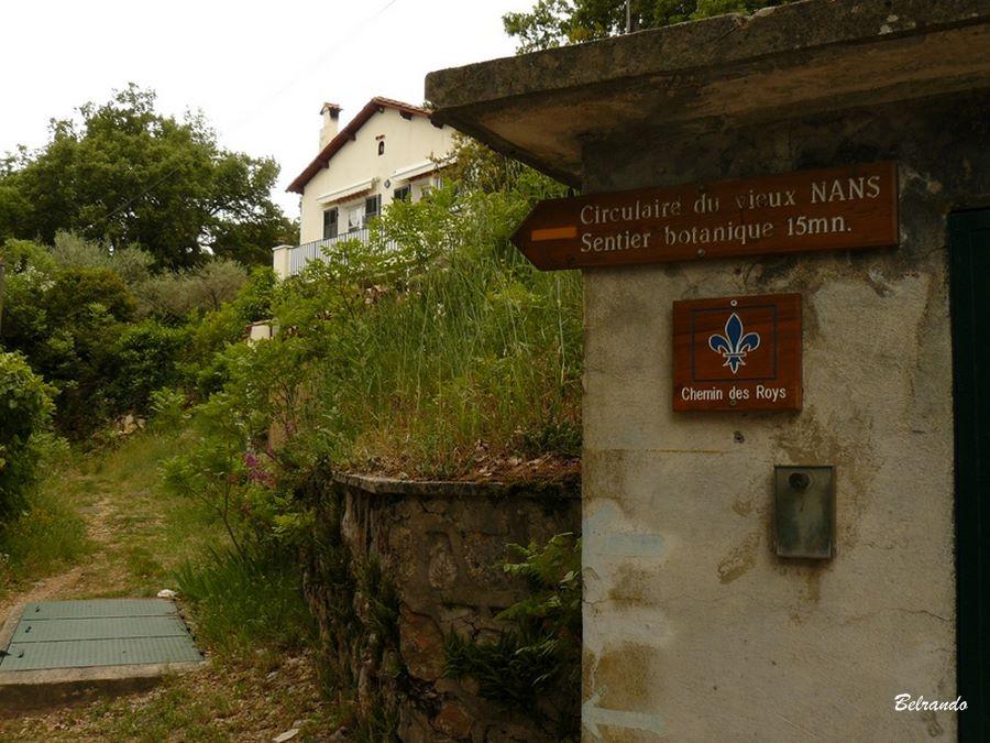 Panneau indicateur du Passage devant le chemin d'accès au sentier botanique en contrebas de l'oppidum.