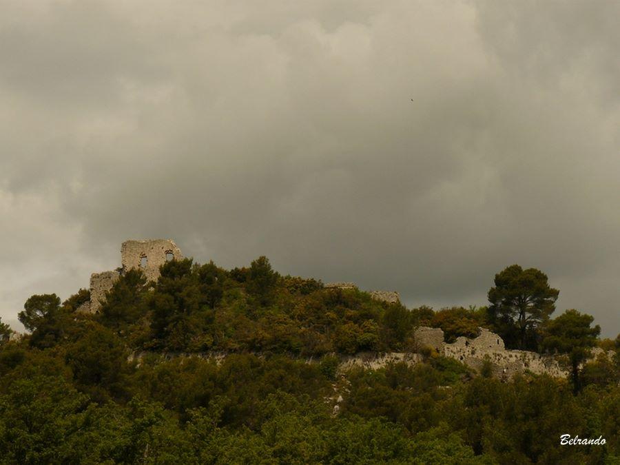 Les ruines de l'oppidum de Sainte-Croix et de ses remparts. Un village, désormais en ruine, y était adossé.