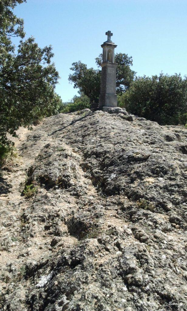 Oratoire au dessus de Vaugines et roches à fossilles