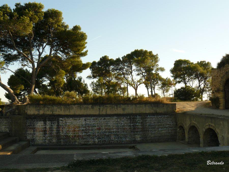 Ampithéâtre (récent) du plateau et son mur...agrémenté de phrases
