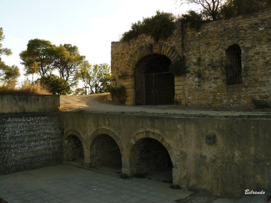 amphithéatre et entrées de salles voutées