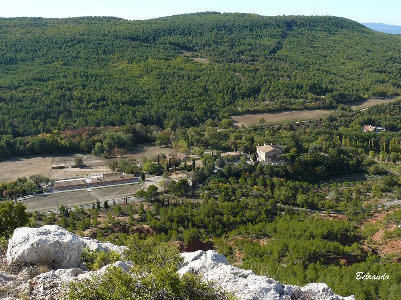 Vue sur la Maison de la Sainte-Victoire depuis l'oppidum