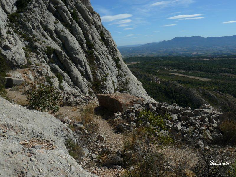 Le site de la marbrière et un des blocs de marbre. Marbre appelé brèche de la Sainte-Victoire.
