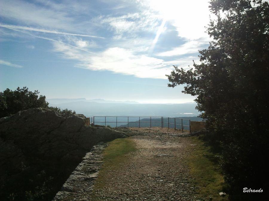 Le belvédère en contrebas de la chapelle et sa vue imprenable sur la Sainte-Baume, le Régagnas...