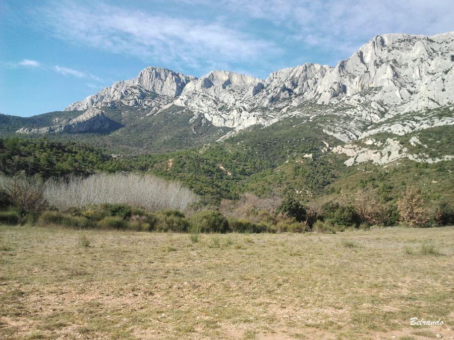 Vue depuis le parking. A gauche du massif, le Bau des Vespres et la Torque en contrebas.