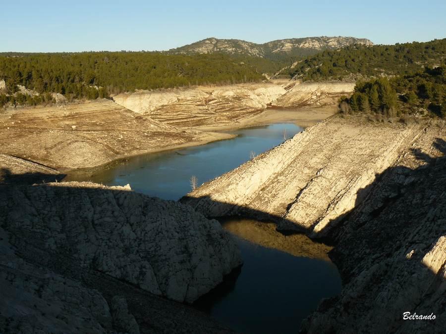 Vue sur le lac asséché pour causes de travaux de réfection du barrage.