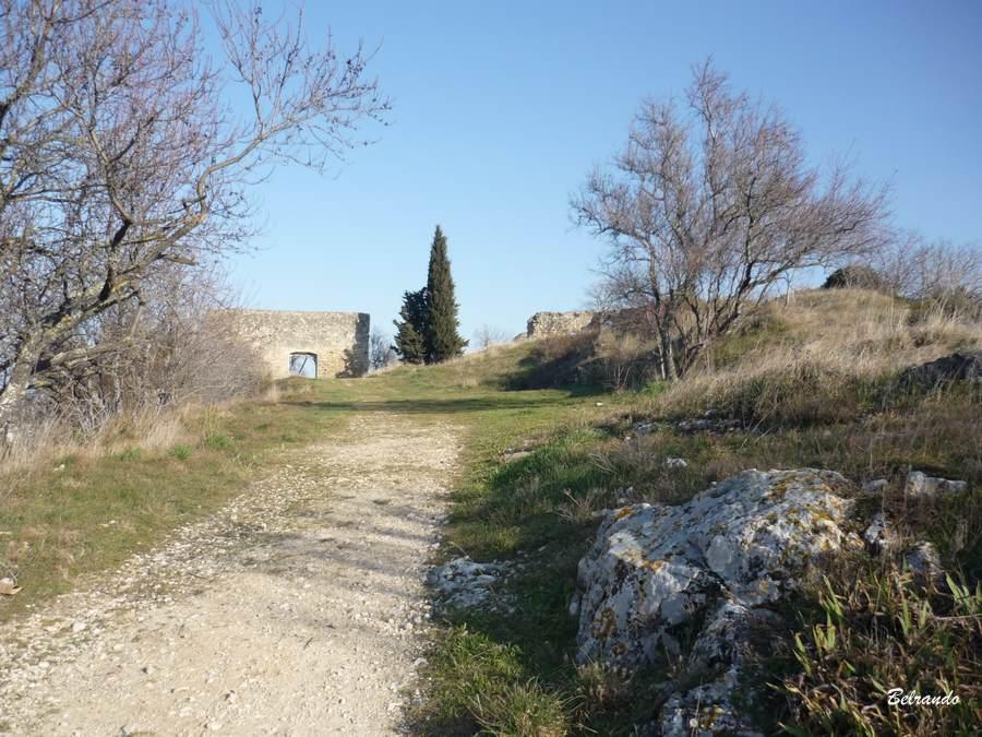 En arrière plan, le portail du château