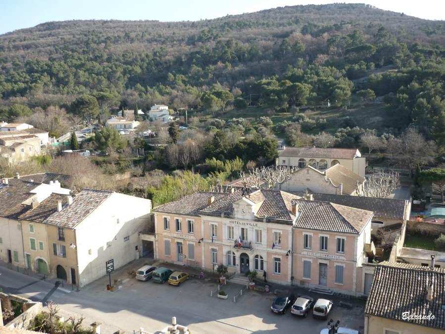 La mairie et en arrière plan le Puech de Vernègues