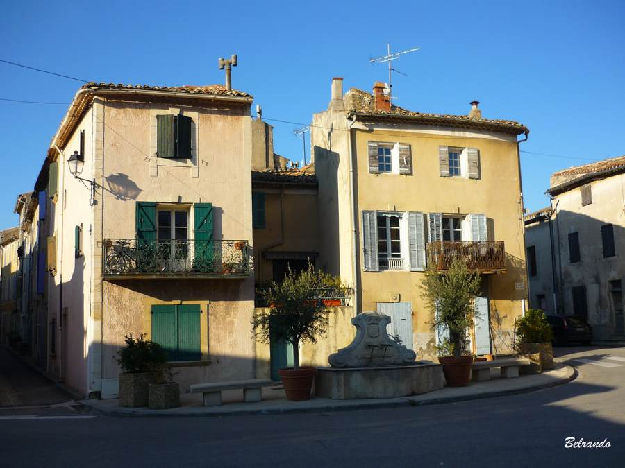 Façades de maisons place Borrély