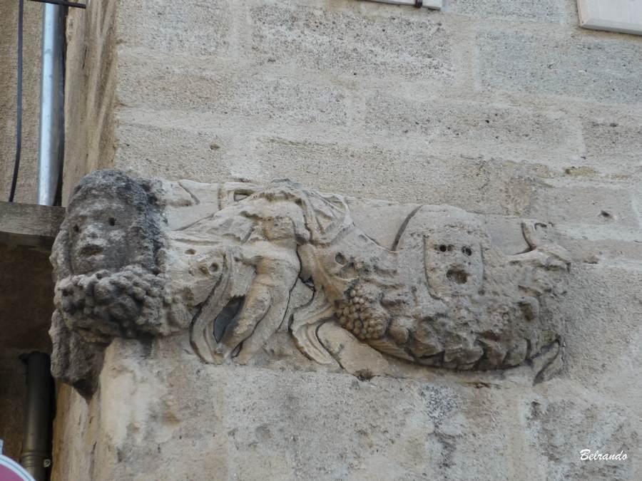 Réemploi d'une frise de l'époque gallo-romaine dans le mur du Beffroi