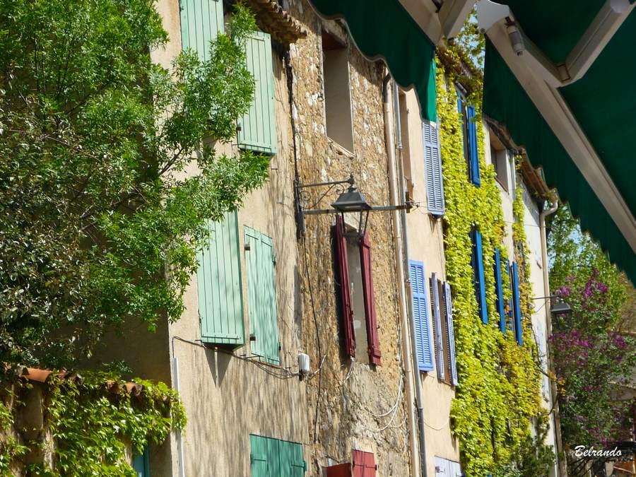 Façades de la rue principale du village