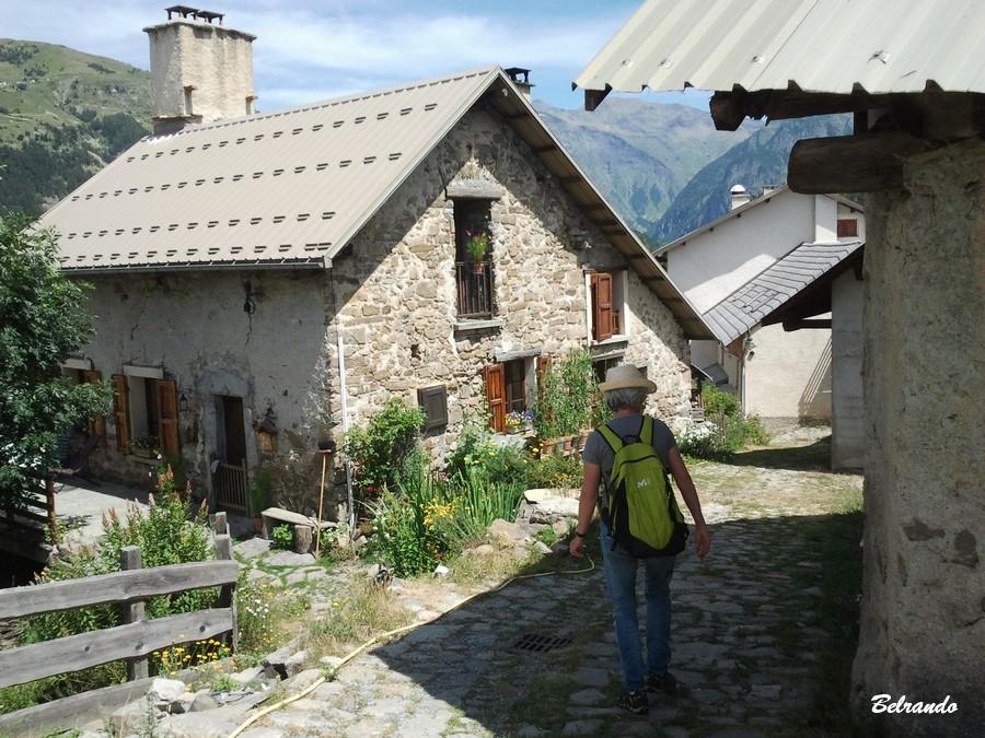 Chalet en pierres et rue caladée descendante