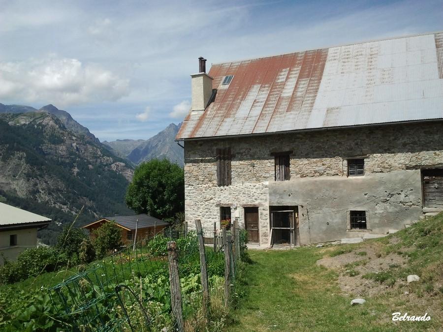 Un chalet et son toit teinté de rouille