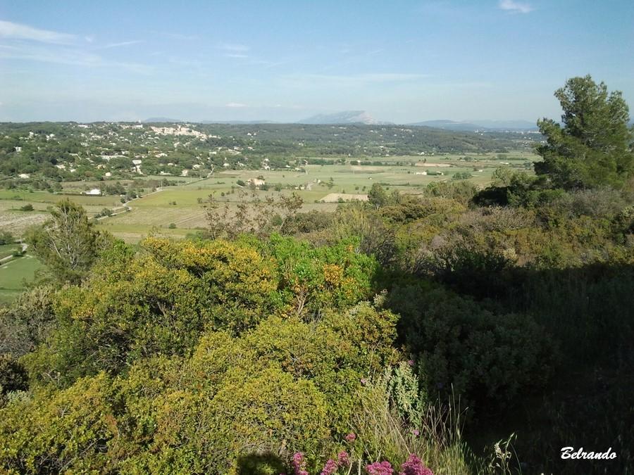 Vue sur Eguilles et en arrière plan, le Concors, la Sainte-Victoire et son plateau du cengle et tout à droite, la Sainte-Baume