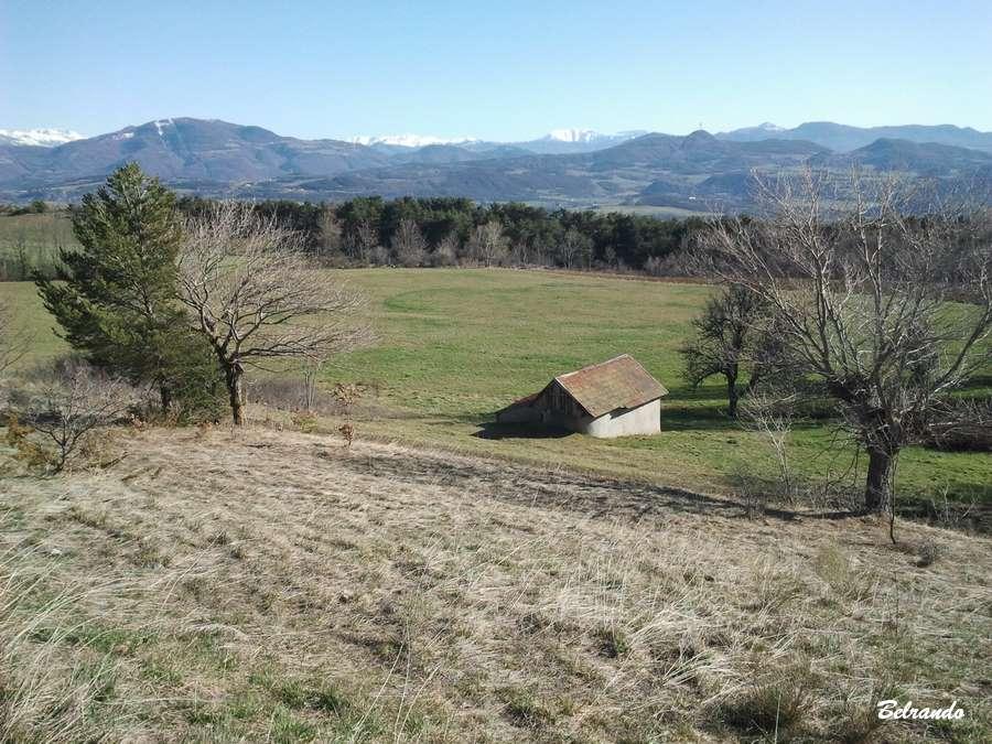 grande champ et Vue sur les massifs du sud de Gap
