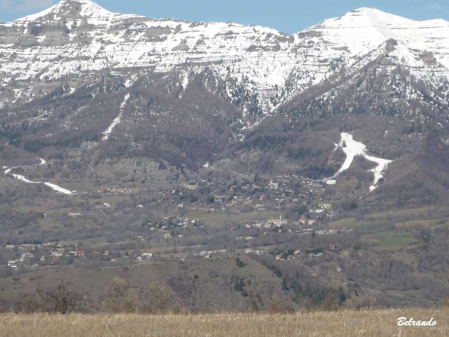 Vue sur les pistes de ski de Chaillol et le vieux Chaillol