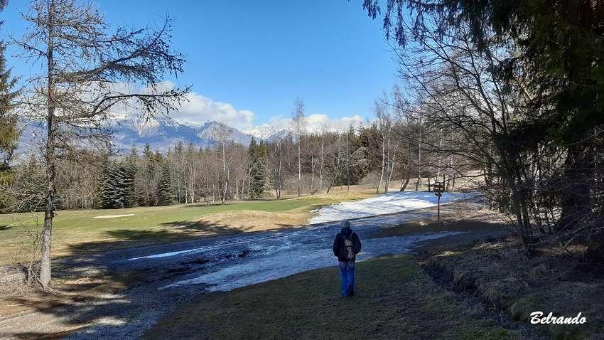 Le parcours longe le golf à certain moments.