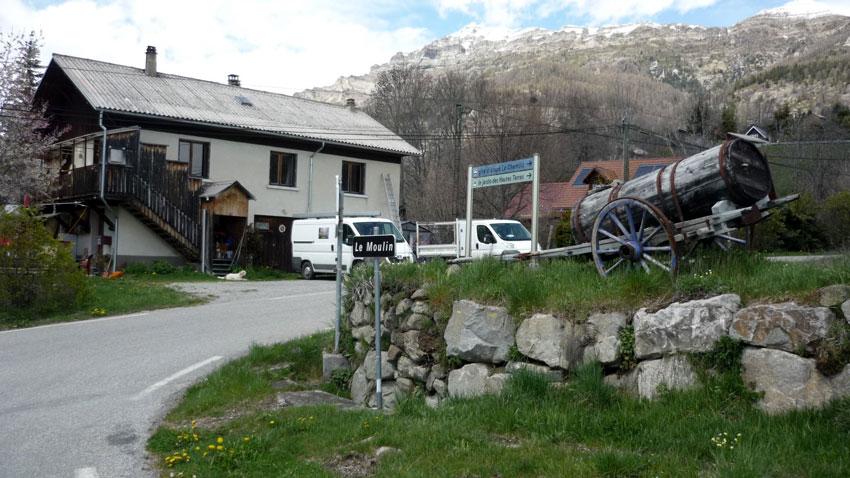 Point de départ au hameau du Moulin. Maison et carriole en bois.